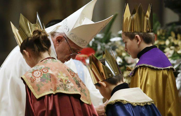 El Papa bendice a tres niños vestidos como los tres reyes magos. (Foto: AP)