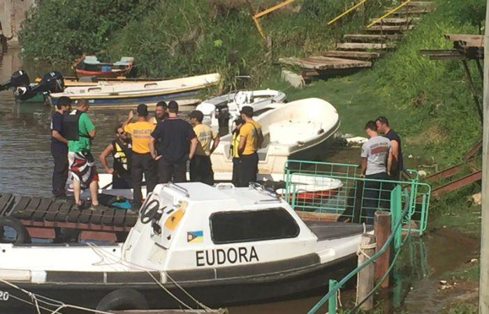 Rescatistas y familiares en la zona donde fue hallado el cuerpo del niño.