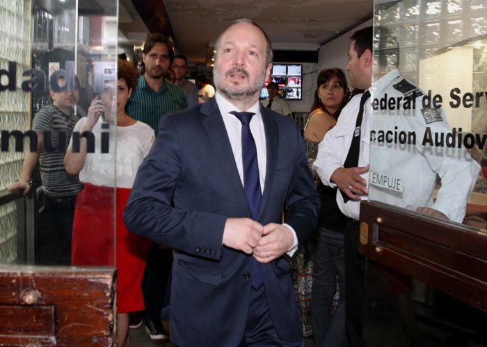 Martin Sabatella sale del edificio de Afsca para dialogar con la prensa. (Foto:DyN)