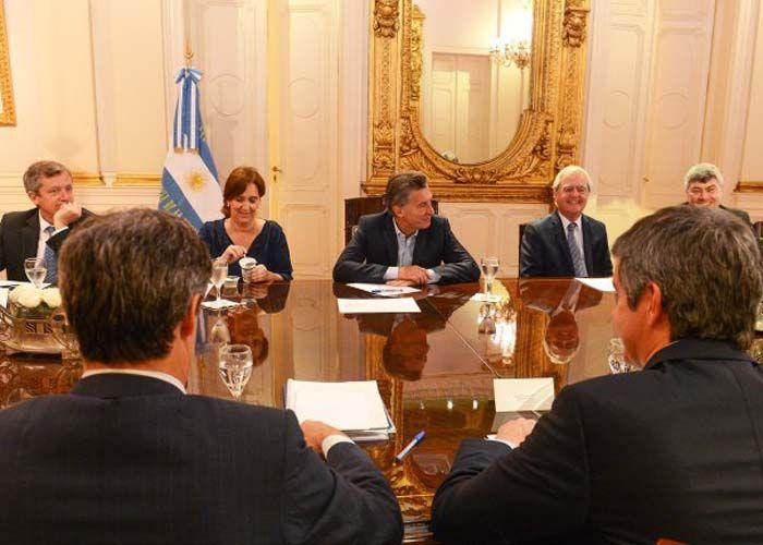 El Presidente se reúne en la Casa Rosada con sus ministros para analizar las inundaciones en el litoral argentino.