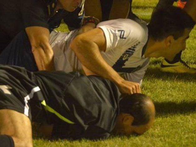 Venado Tuerto: mano dentro del área, incidentes e imputados por agredir al árbitro