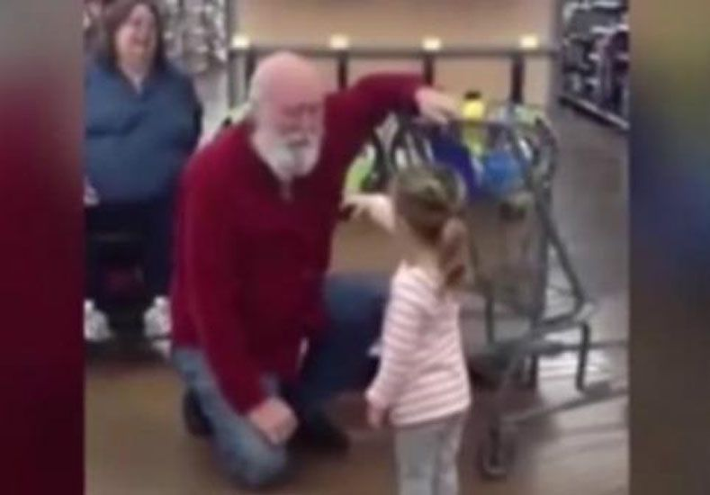 Cómo reacciona un hombre al que una niña confundió con Papá Noel