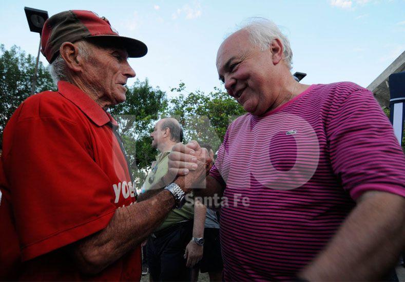 Marcelo Ferraro se saluda con el histórico delantero de Colón Motoneta López