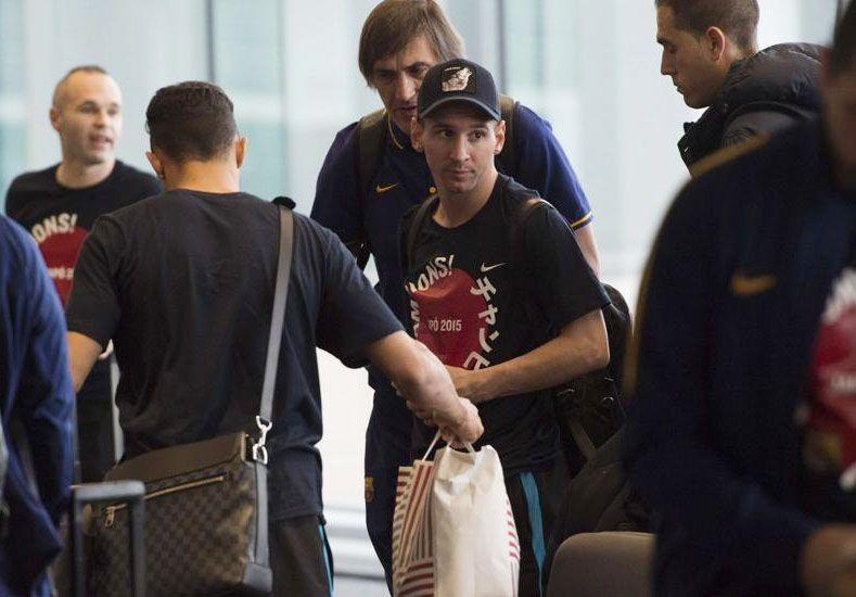 Un hincha de River escupió a Messi antes del regreso en el aeropuerto de Tokio