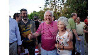 Marcelo Ferraro festejando el triunfo en las elecciones junto a su hermana
