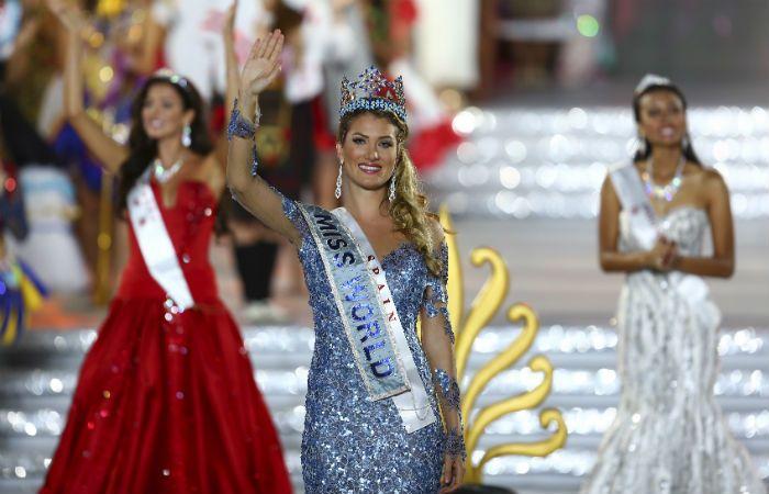 Mireia Lalaguna Royo saluda al público tras ser coronada Miss Mundo. (Foto: AP)