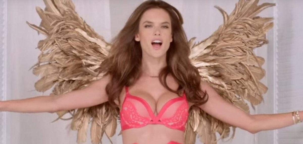 Ángeles de Victoria's Secret cantan villancico en lencería