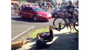 Video: un taxi giró en u y se llevó puesto al pelotón