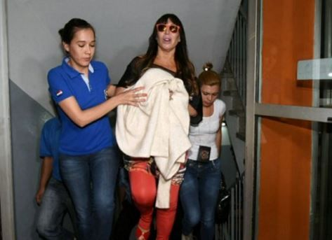 La vedette y empresaria fue detenida y esposada apenas arribó al aeropuerto de Asunción.