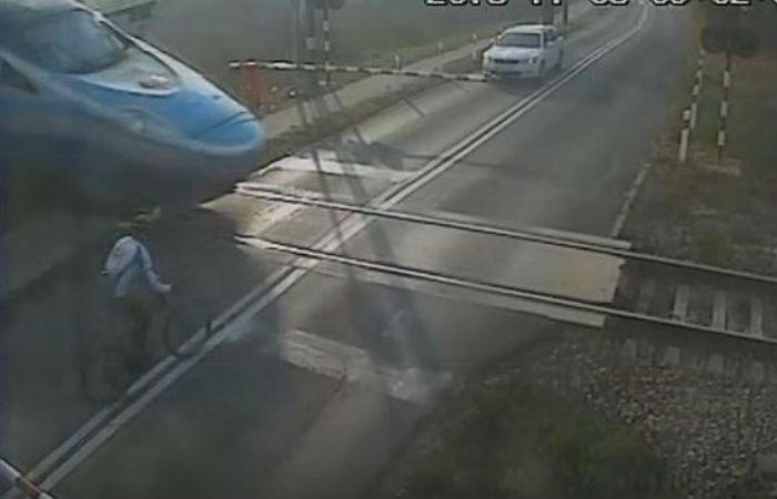 El ciclista cruzó de manera imprudente el paso a nivel y fue embestido.