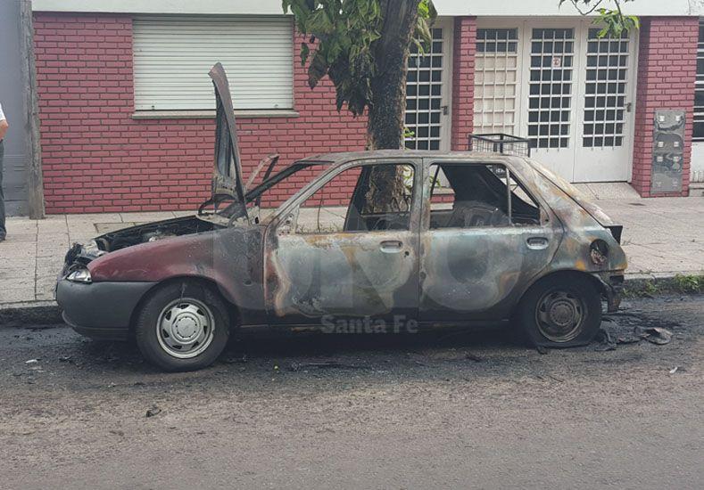 El auto incendiado en barrio República del Oeste.