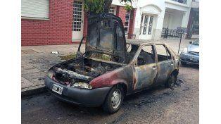 El auto incendiado en calle Junín 3.200.