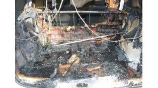Otra vez los quemacoches: incendiaron un auto en barrio Centenario