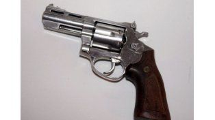 Detuvieron a dos violentos tiratiros con un arma de guerra
