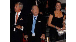 Funcionarios y personalidades posaron en la alfombra roja en el ingreso al teatro Colón.