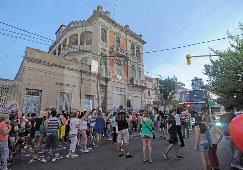 Protesta. La marcha arrancó frente al inmueble y finalizó en el Ministerio Público de la Acusación / Foto: Manuel Testi - Uno Santa Fe