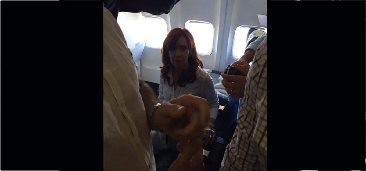 Cristina viajó a Santa Cruz en clase turista y sus fotos revolucionaron Twitter