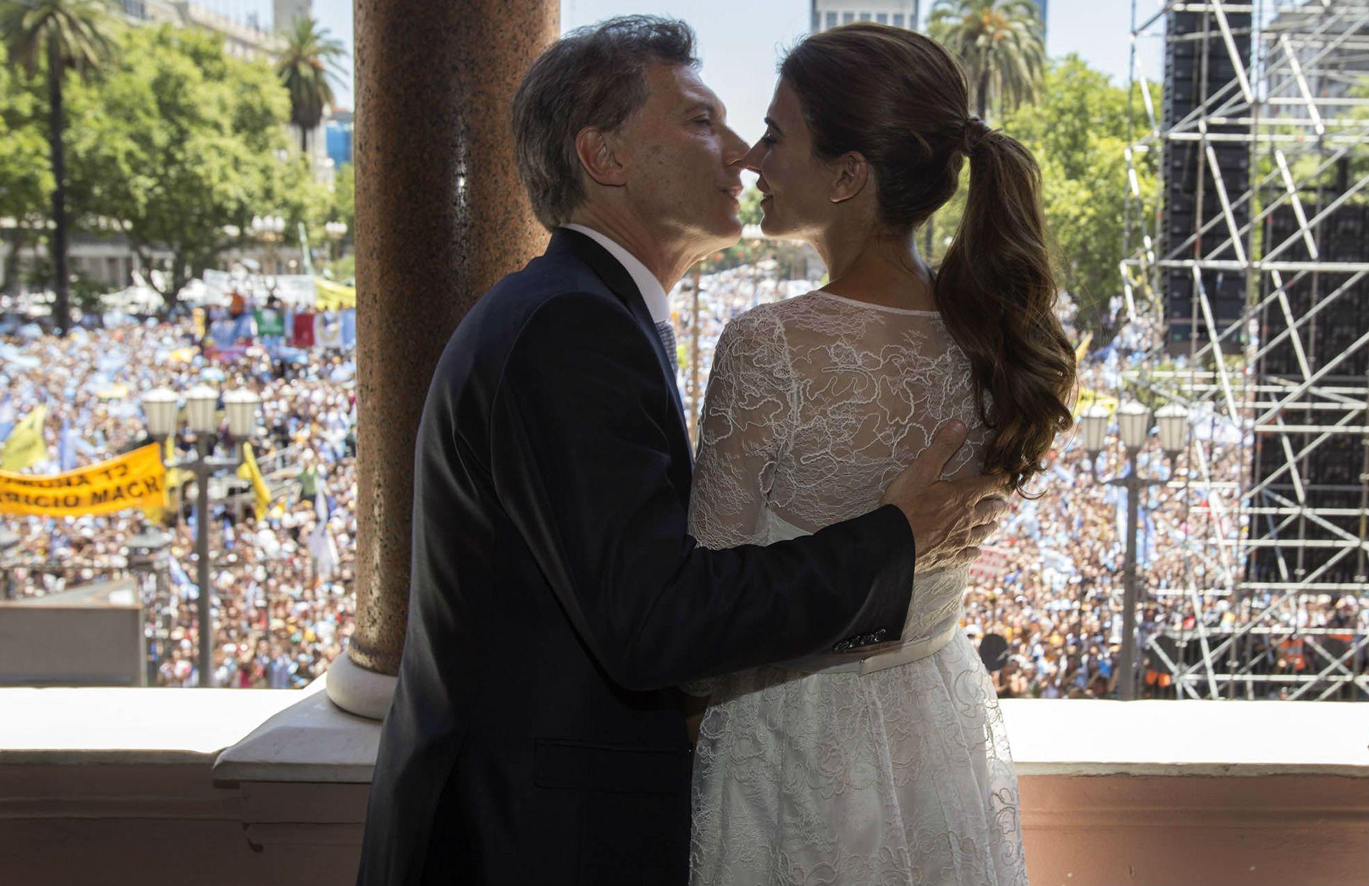 El presidente Mauricio Macri saludó a la multitud reunida en Plaza de Mayo junto a su esposa