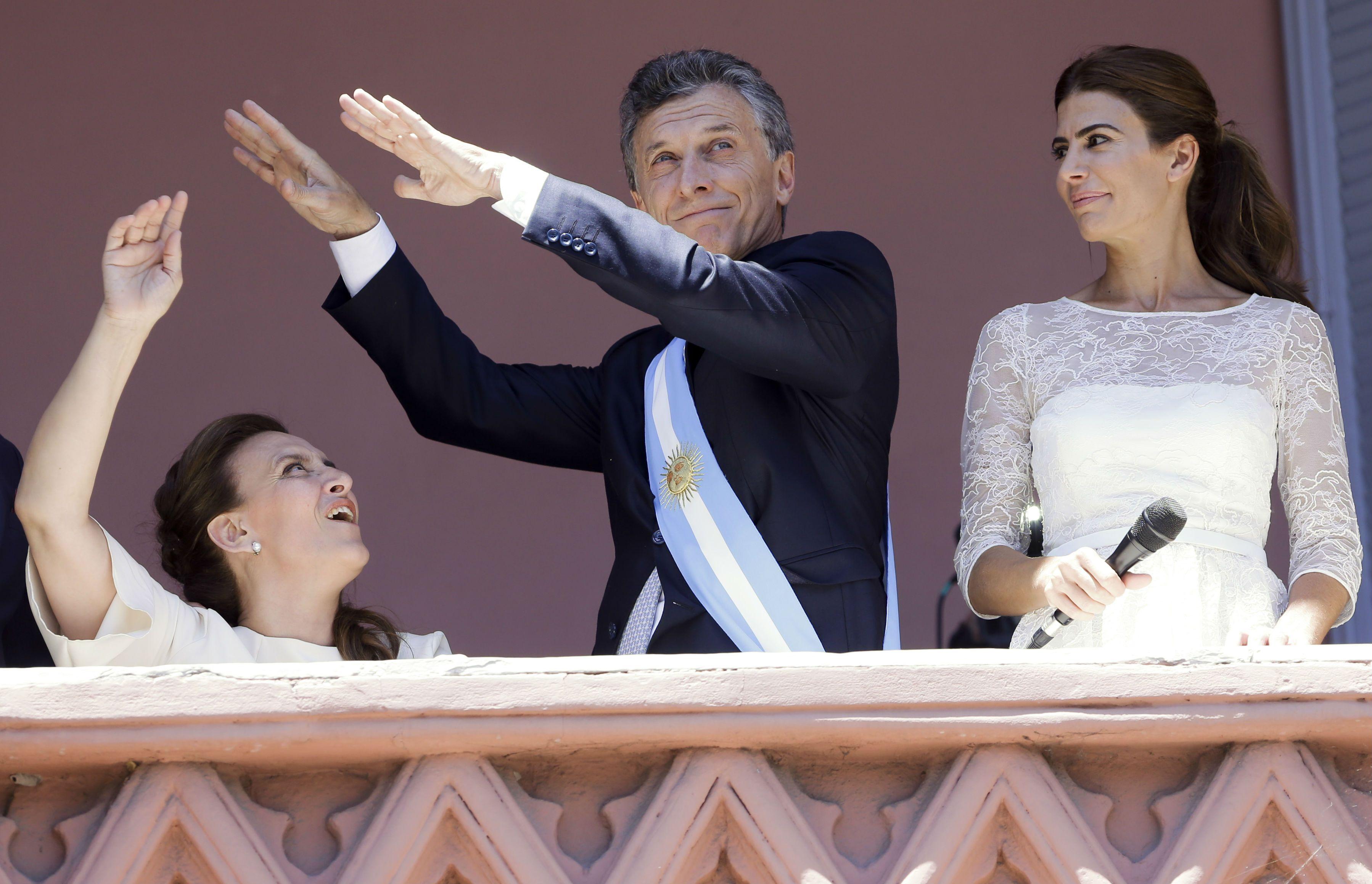 El presidente Mauricio Macri ensayó unos pasos de baile en el balcón de la Casa Rosada.