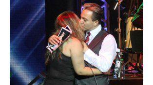 Cristian Castro besa apasionadamente a una fan en medio del recital.
