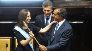 Vidal juró como gobernadora y recibió de Scioli la banda y el bastón de mando