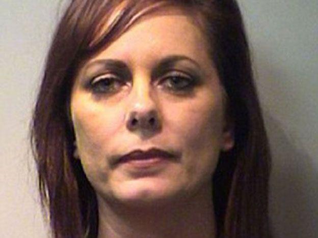 Una tía hot fue detenida por tener sexo con su sobrino cientos de veces
