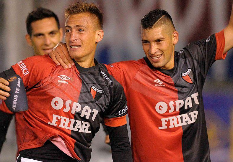 Braian Romero festeja su gol frente a Tigre y el primero que corre a abrazarlo es su amigo Cristian Guanca. Foto: Télam