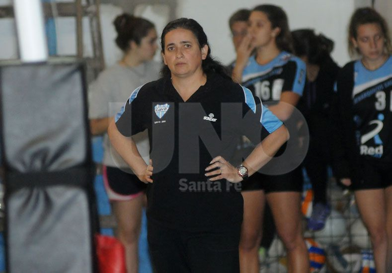 Lorena Góngora en el partido final frente a Regatas le brinda algunas indicaciones a sus jugadoras. Foto: José busiemi / Diario UNO Santa Fe