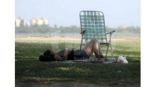 Sin playas. El verde césped es una opción ante las altas temperaturas. Foto: Juan Baialardo / Diario UNO Santa Fe