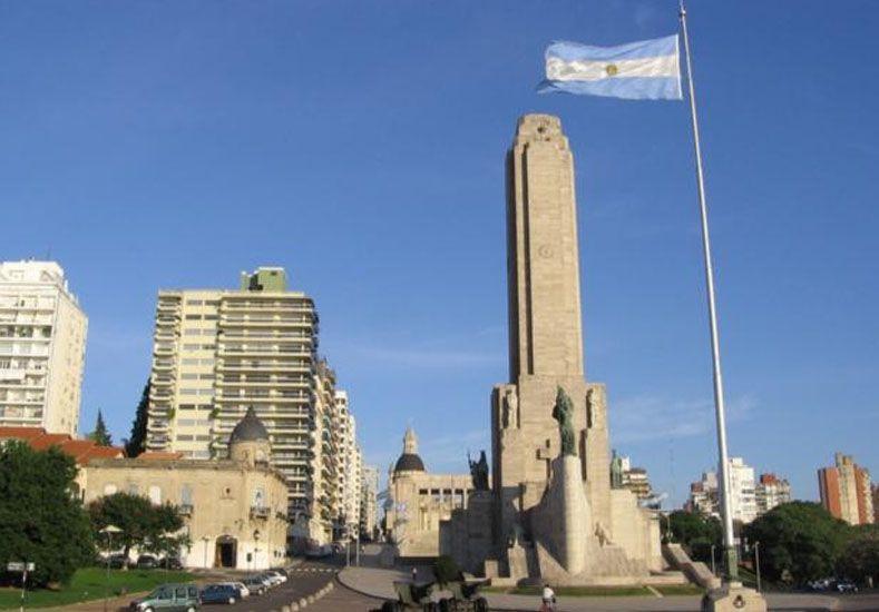Rosario: un fuerte viento rompió en dos pedazos la bandera del mástil mayor del Monumento