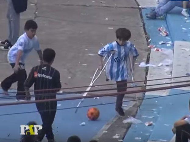 Ejemplo de vida: el nene que la rompe en muletas