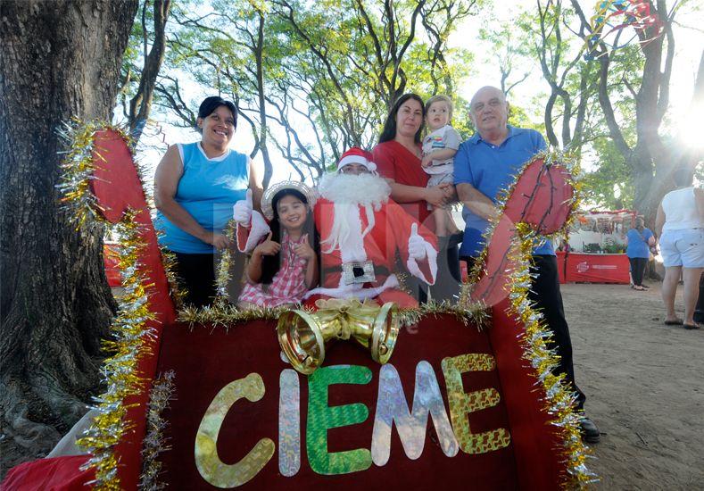 Sonrisa para la foto. Papá Noel y su trineo invitan a sumarse a esta propuesta en plena Costanera Oeste