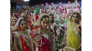 Les pagó la boda a 151 novias sin padres en la India
