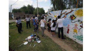 Manos a la obra. Grandes y chicos pintaron la pared que se encuentra en Reconquista y Raúl Tacca.