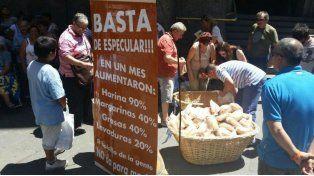 Una larga cola se formó en la peatonal Córdoba para recibir el pan que se regaló hoy en señal de protesta.