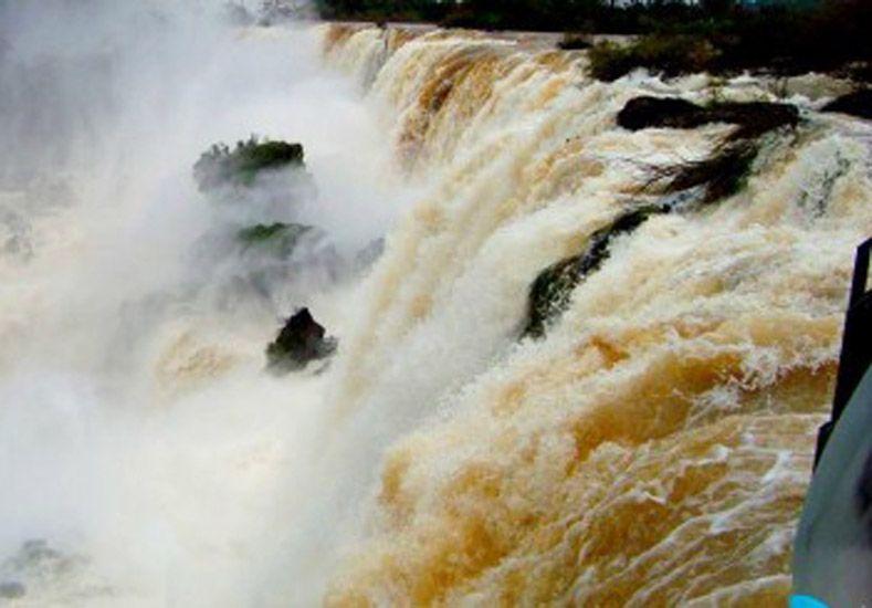 Cataratas: por el impresionante caudal cierran paseos a la Garganta del Diablo
