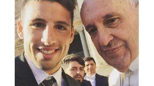 La selfie de Calleri con el papa Francisco: ¿qué mira Maradona Jr?