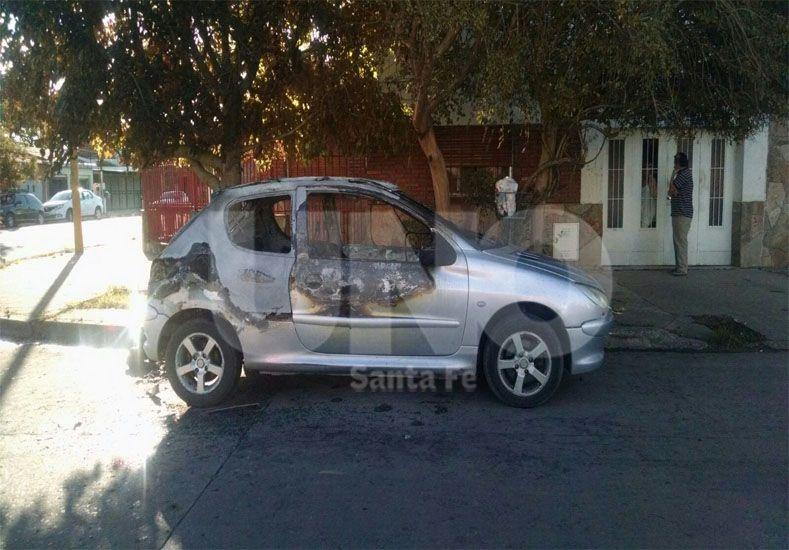 Interrogantes. Hay un gran misterio en torno al Peugeot 206 incendiado en Vera y Juan Díaz de Solís.