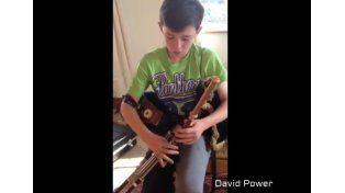 Un chico muestra su gran talento para tocar la gaita irlandesa