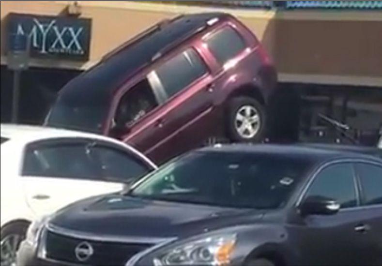 Un conductor hace lo que sea para que la grúa no le lleve el auto