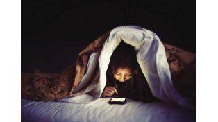 ¿Por qué deberías dejar de usar el teléfono en la cama?