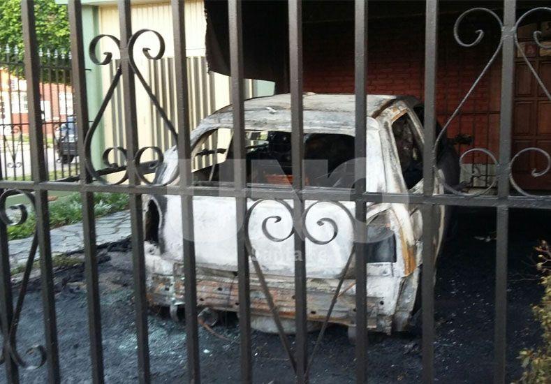 El auto quemado en la madrugada de este lunes
