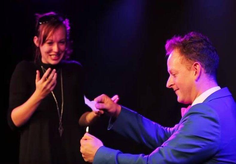 Propone matrimonio a su novia con increíble truco de magia