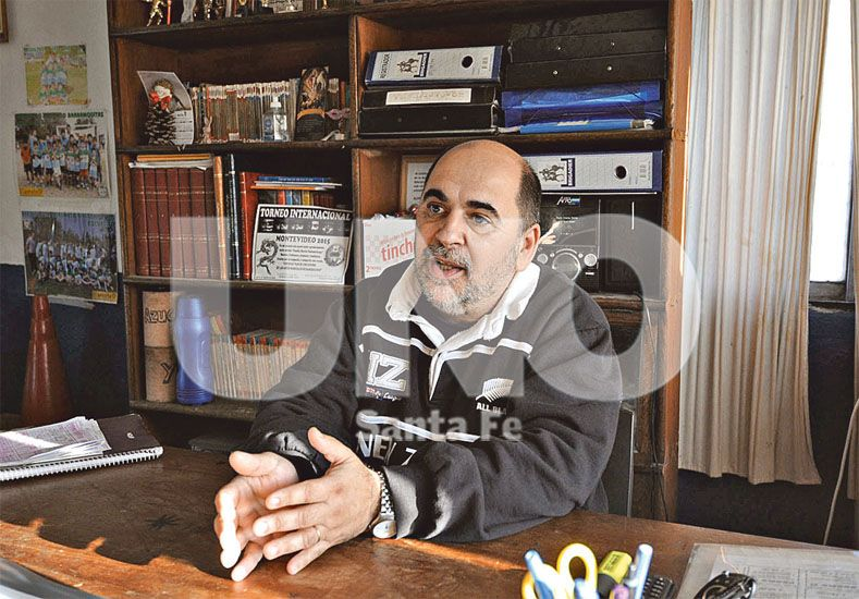 Titular. Alfredo Penissi lleva varios años al frente de esta institución y se esfuerza para ver una vecinal repleta de vida y color / Foto: José Busiemi - Uno Santa Fe
