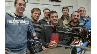 Prototipos. Integrantes del grupo tecnológico que nuclea a varias especialidades    con uno de los aparatos a medio armar.