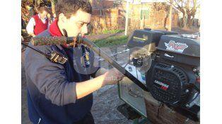 Instalación. Los rescatistas ajustan el motor a la embarcación que sirvió para asistir a los afectados. Gentileza/Agrupación de Búsqueda y Salvamento de Luján