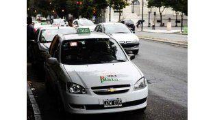 Insólito: quieren taxis con baños en La Plata