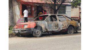 Uno de los autos quemados en la madrugada del sábado en Santa Fe.