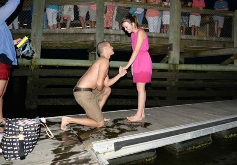 Le propuso matrimonio pero se le cayó el anillo al mar...