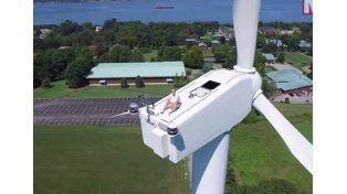 Descubrieron a un hombre tomando sol en una turbina